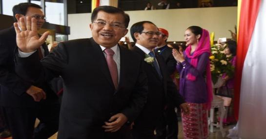 Wakil Presiden Jusuf Kalla (kiri) berjalan bersama Sekjen ASEAN Le Luong Minh (kanan) untuk menghadiri perayaan HUT ASEAN di Sekretariat ASEAN, Jakarta, Senin (10/8).