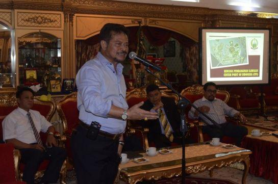 Gubernur Sulawesi Selatan Syahrul Yasin Limpo memberi penjelasan terkait reklamasi Center Point of Indonesia (CPI) di Makassar, Sulawesi Selatan (Sulsel), Selasa (26/4) malam.