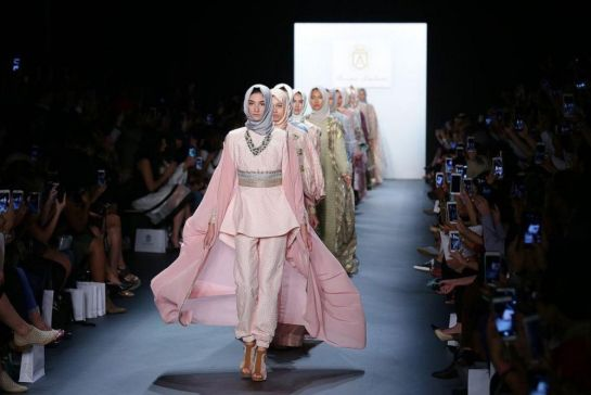 0-tren-busana-70-an-bakal-jadi-kiblat-fesyen-2017-seperti-apa-uniknya