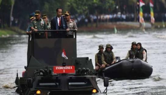1presiden-jokowi-menjajal-panser-anoa-2-6x6-amphibious-di-mabes-tni-cilangkap