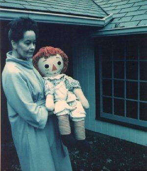 Lorraine Warren dan boneka Annabelle
