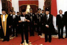 Kisah Soeharto, Dari Aksi Penolakan 14 Menteri Hingga Mundurnya WapresHabibie